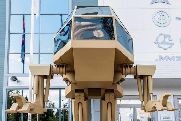 Firma Kalašnikov představila obrněného kráčejícího robota s lidskou posádkou