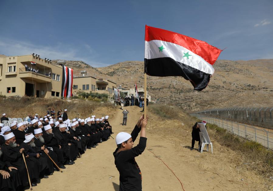 Izraelští Drúzové se u shromáždili u hranic a skandují hesla na podporu Assada