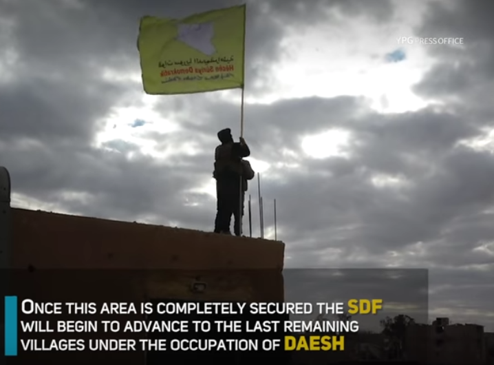 Vlajka SDF vztyčena nad pevností IS v Hajin