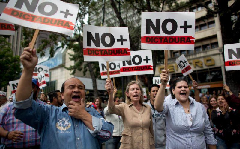 Policie a armáda se začíná připojovat k venezuelské opozici.