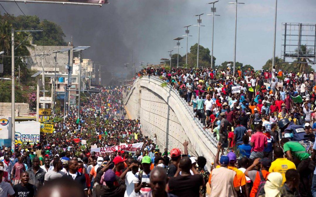 Masivní nepokoje právě probíhají na Haiti