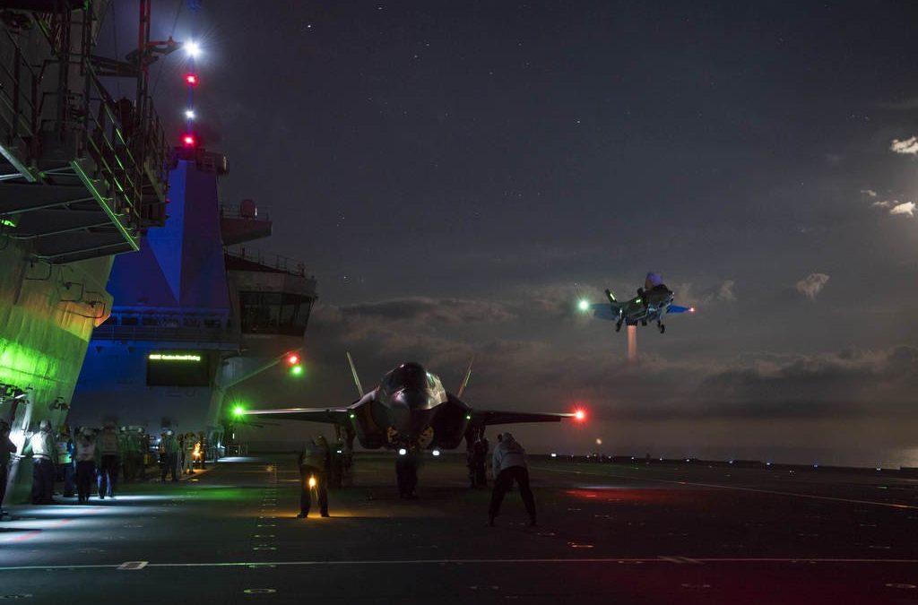 F-35 přistává na HMS Queen Elizabeth