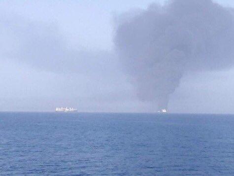 """Po zásahu """"torpédem"""" se potápí v Ománském zálivu tanker"""