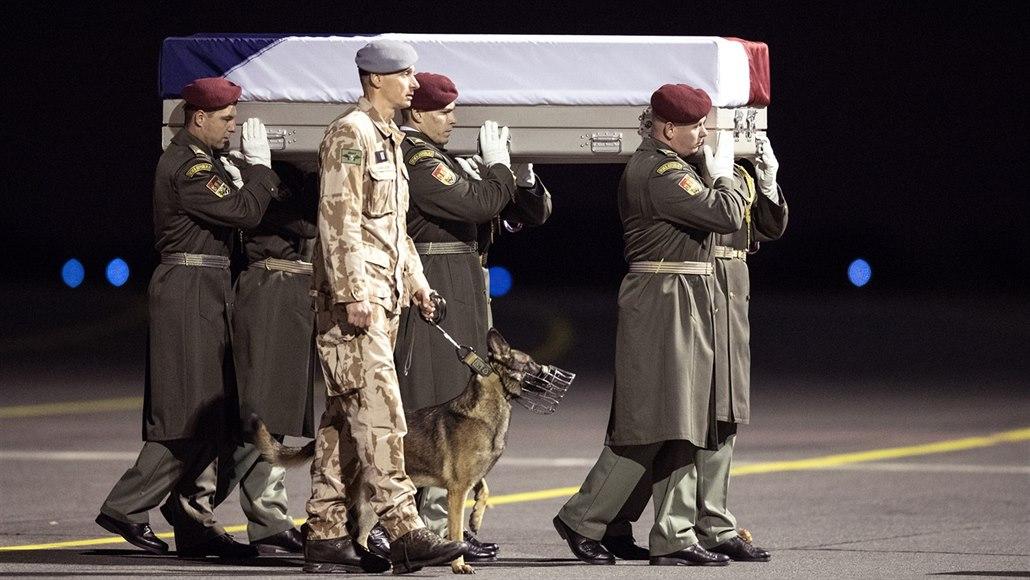 Kvůli ubití teroristy v Afghánistánu vláčen v řetězech i český generál