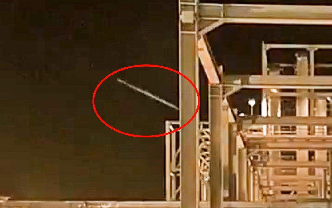 Záznam útoku na rafinérii ukazuje na rakety