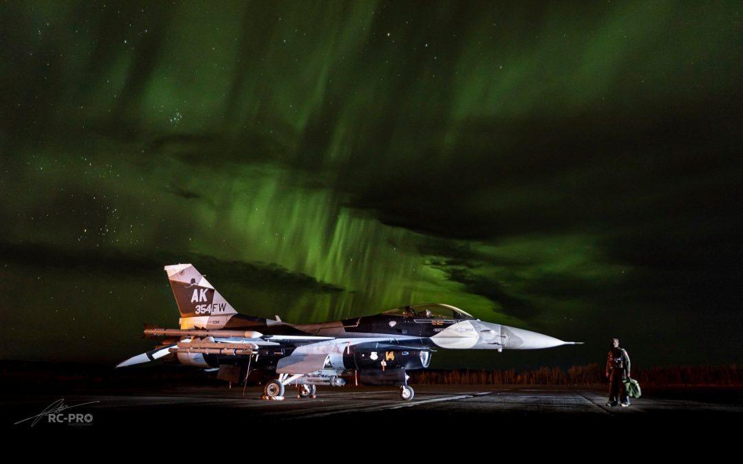 F-16 pod polární září